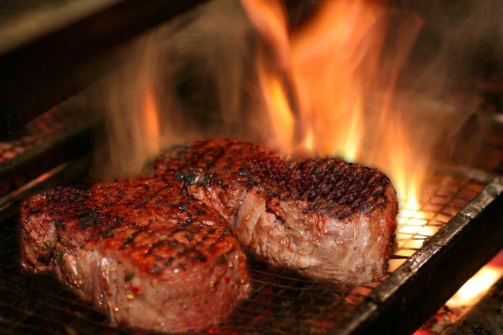 carne fuego alto