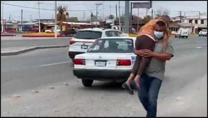 el hombre lleva a su madre