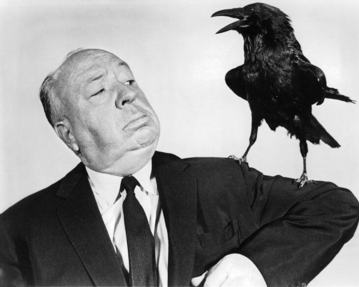 Alfred Hitchcock con un cuervo