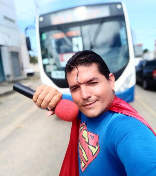 superman brasileno atropellado www.laguiadelvaron 1 622x700 Comediante brasileño se disfrazó de Superman e intentó detener un autobús con una mano; lo atropellan