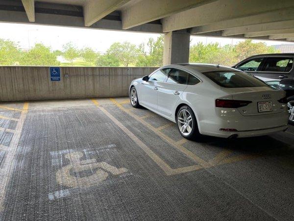gente estacionándose mal