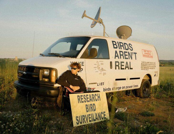 birdsarentreal 198106659 153502730032716 9071752212208927782 n 730x563 Una extraña y nueva teoría de los conspiracionistas afirma que los pájaros no son reales