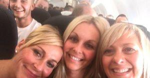Recrean una fotografía 2 años después en un avión… y el mismo intruso sale en las dos