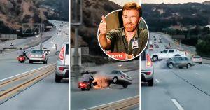 Motociclista se defiende de un auto con patada estilo Chuck Norris; provoca caos masivo