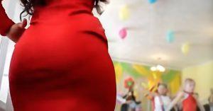 Papá va al festival de la escuela, pero en vez de grabar a su hija… grabó el trasero de la maestra